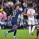 Neymar e Messi em campo contra o Lyon
