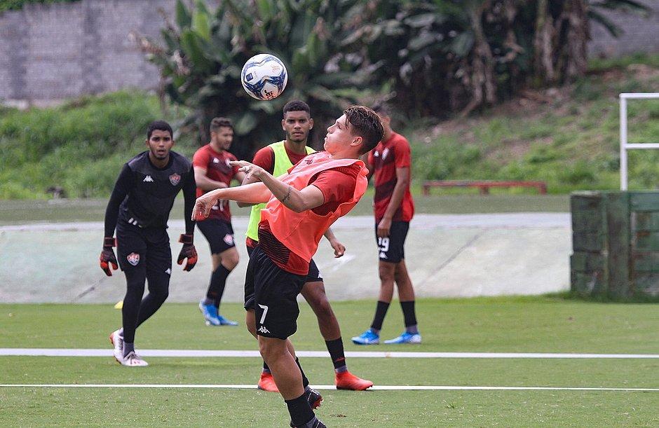 Vico domina a bola durante treino na Toca do Leão