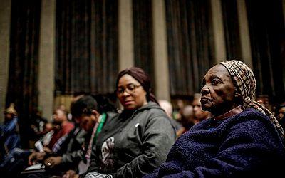 Aldeões da África do Sul assistem num tribunal de Joanesburgo uma audiência que pode revisar a lei de expropriação de terras sem pagamento indenizatório.