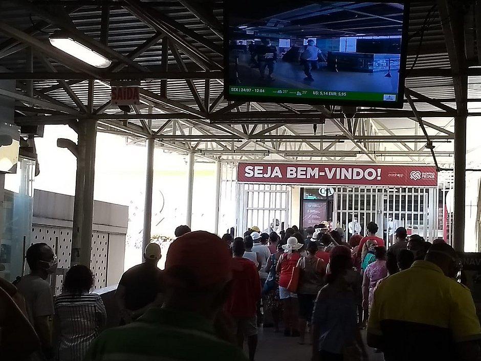 Shoppings reabrem em Salvador com movimento intenso e filas