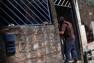 Policial entra em casa de suspeito na localidade da Polêmica, em Brotas