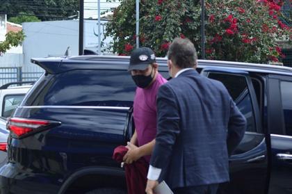 Médico suspeito de matar a ex em Feira se apresenta à polícia com advogado