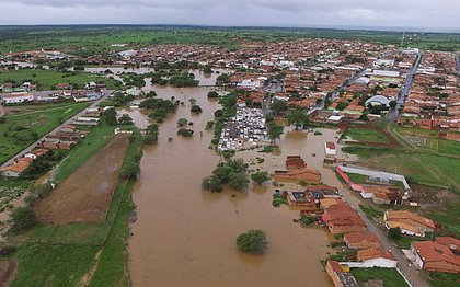 Barragem se rompe na Bahia e água invade cidade e interdita rodovia