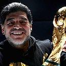 Maradona e a taça da Copa do Mundo, conquistada por ele em 1986