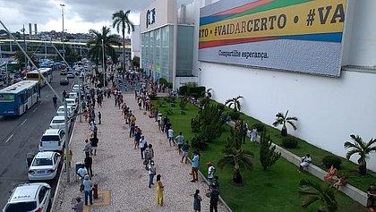 Shoppings de Salvador têm longas filas de clientes em dia de reabertura