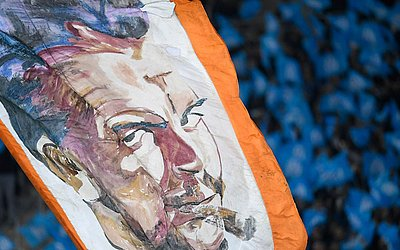 """Bandeira do líder revolucionário argentino Ernesto """"Che"""" Guevara durante o jogo entre o Olympique de Marselha (OM) e Paris Saint-Germain (PSG), no estádio Velodrome, em Marselha."""
