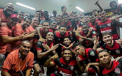 Elenco do Vitória comemora no vestiário após triunfo por 2x1 contra o Altos-PI