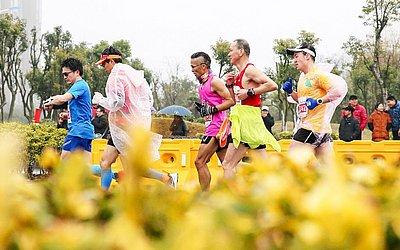 Corredores da Maratona Internacional 2019 Rugao em Nantong na província de Jiangsu da China Oriental.
