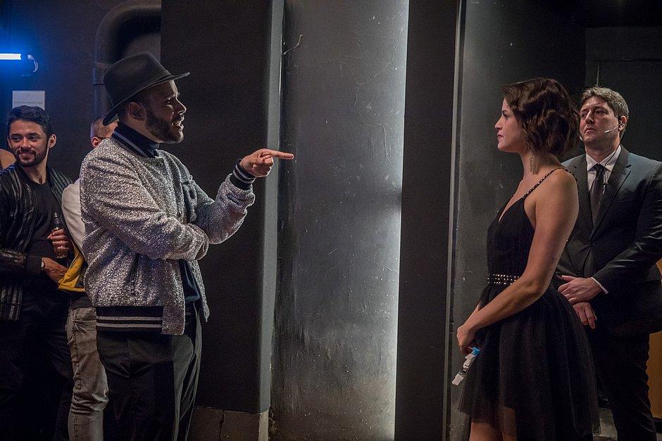 Hugo Gloss bate-boca com Josiane (Agatha Moreira) após ser impedido de entrar em festa, nos bastidores de A Dona do Pedaço