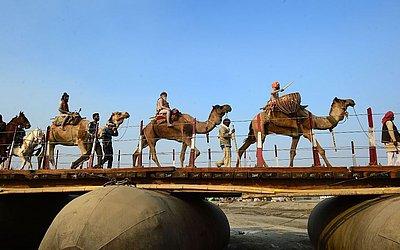 Sadhus nus vão de camelos para uma procissão religiosa em Senna para o festival de Kumbh Mela em Allahabad. O festival atrai milhões de peregrinos hindus na confluência dos rios Yamuna e Ganges durante 49 dias, a partir de 15 de Janeiro.