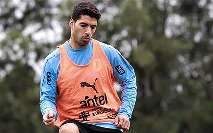 Suárez desfalcará o Uruguai contra o Brasil, nesta terça-feira (17)