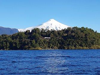 Vulcão Villarrica visto do lago de mesmo nome: da turística cidade de Pucón é possível ir conhecer cultura de resistência dos mapuches