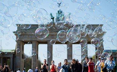 Bolhas de sabão em frente ao Marco de Berlim do portão de Brandemburgo.