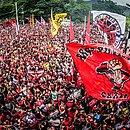 Torcida do Flamengo lota o Ninho do Urubu, no Rio