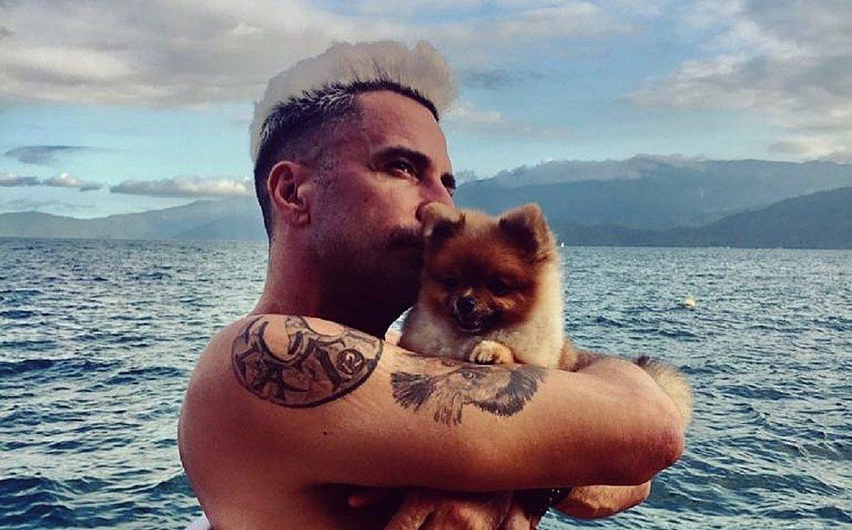 Latino e seu cachorro: cantor queria leiloar um cão nas redes sociais