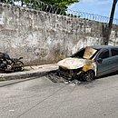 Carro e moto incendiados após ataque em São Caetano, em fevereiro