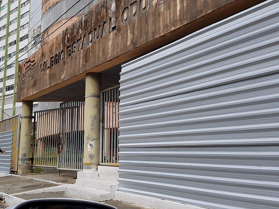 Entradas do Colégio Odorico Tavares amanhecem cercadas por tapumes
