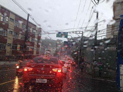 Trânsito é intenso em diversas vias da cidade por causa da chuva intensa