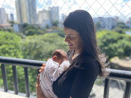 'Sensação de alívio', diz mãe de bebê baiano que nasceu imunizado contra a covid