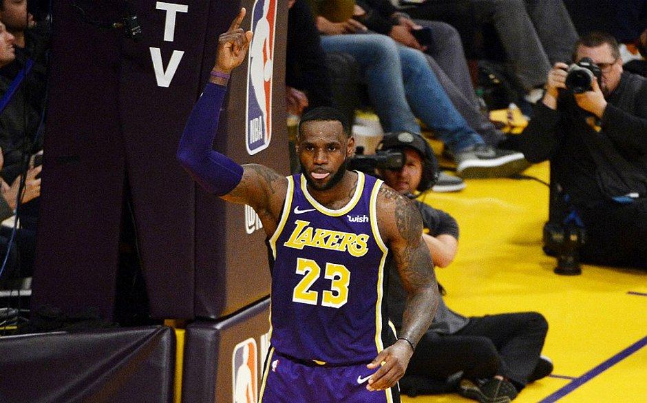 ca003f4f LeBron James imita o gesto de Michael Jordan com a língua para fora (Robert  Laberge/ AFP)