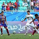 Zé Rafael, autor do gol tricolor, observa Rildo, que fez o gol do Coritiba, sofrer com marcação de Edson