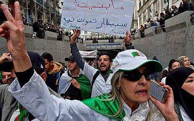 Profissionais de saúde da Argélia se juntam aos protestos contra a continuação no poder pelo quinto mandato do Presidente Abdelaziz Bouteflika.