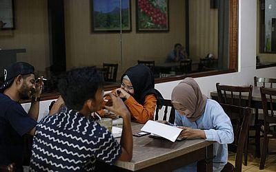 Jovens de Banda Aceh se encontram em lanchonetes em Bireun, quando uma das suas províncias estabeleceu ser proibido que homens e mulheres confraternizem juntos a menos que sejam casados ou relacionados parentalmente.