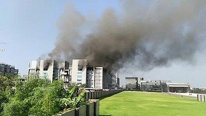 Cinco pessoas morreram durante incêndio em fábrica de vacinas na Índia