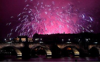 Fogos de artifício marcam o 100º aniversário da criação do estado independente da Checoslováquia, sobre a Ponte Charles, em Praga.