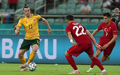 Bale perdeu pênalti, mas deu duas assistências no duelo contra a Turquia