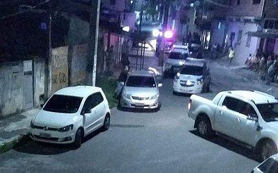 Movimentação na rua onde policial foi morto, em Camaçari