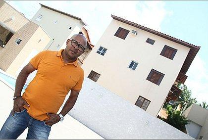 O aposentado Silvio Conceição constrói imóveis e depois os coloca à venda