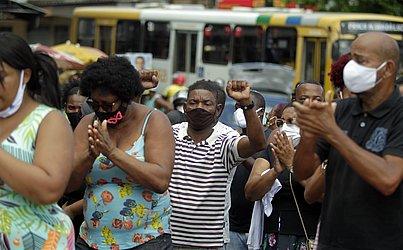 Após enterro, houve protesto de amigos e familiares de Brenda na Avenida Suburbana.