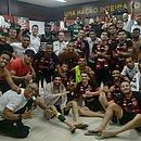 No vestiário, elenco do Vitória festeja classificação à terceira fase da Copa do Brasil