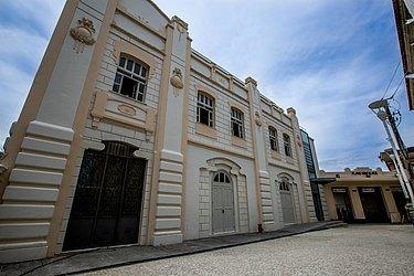 A Casa do Carnaval está localizada na Praça da Sé, em um casarão do século XIX