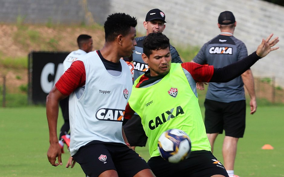908a5df01b Edcarlos (à esquerda) ao lado de Léo Ceará durante treino (Maurícia da  Matta   EC Vitória)