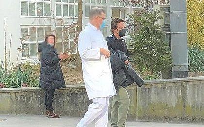 Após alta, Alonso saiu andando do hospital