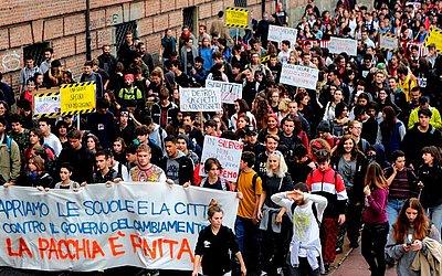 Estudantes manifestam-se contra a política de educação e o custo dos estudos em Turim.
