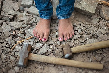 Esmaltes nos pés descobertos são retrato da vaidade das mulheres