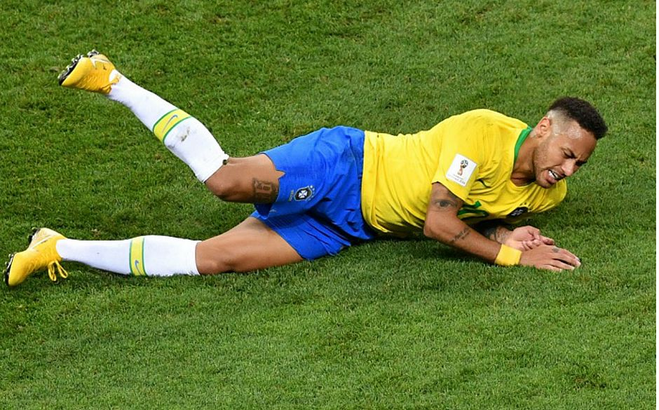 Neymar cai no gramado e vira chacota mesmo após eliminação do Brasil na Rússia