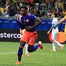 Zapata sai para comemorar segundo gol colombiano