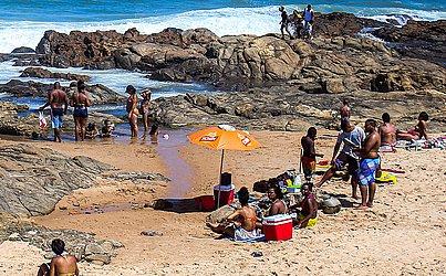 Teve gente que não resistiu e aproveitou o dia ensolarado para tomar um banho de mar.