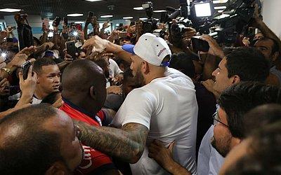 Torcida do Bahia faz festa para recepcionar Fernandão