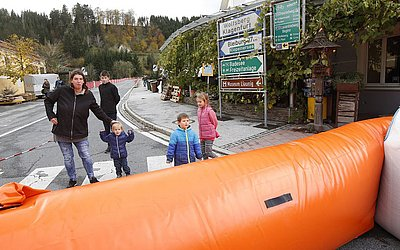 Rua bloqueada com um sistema anti-inundação em Lavamuend após chuvas pesadas, no sul da Áustria.