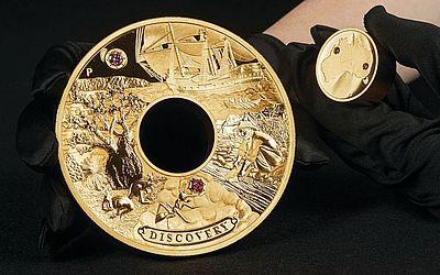 """Moeda australiana cunhada com 2 quilos de ouro com inscrustações de diamante rosa, chamada """"Descoberta"""" em Perth. vale 1,8 milhões USD para atender a demanda crescente dos colecionadores ricos."""