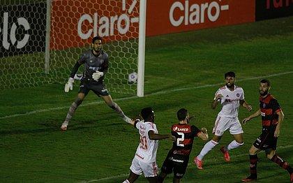Marcelo (no canto direito), em lance do jogo do Vitória contra o Inter