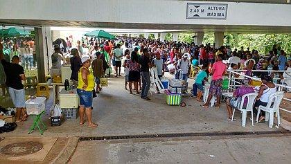 Pirão, cadeira e Wi-fi: ambulantes aproveitam a fila da biometria para vender