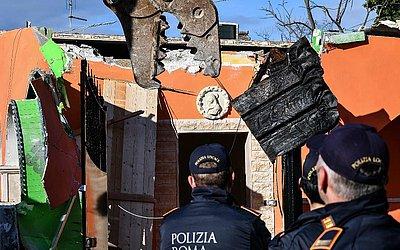 Agentes da polícia municipal de Roma destroem uma das oito villas construídas ilegalmente para o clã da máfia de Casamonica no subúrbio de Quadraro.
