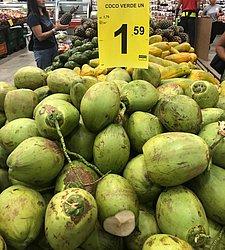 Coco verde está sendo vendido por até R$ 1,60 nos supermercados da capital baiana.