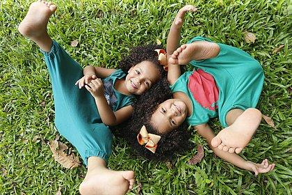 'Linda 1 e linda 2': modelos, gêmeas vítimas de racismo acumulam elogios